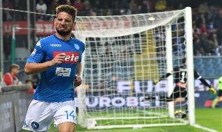 Dries Mertens esulta con la maglia del Napoli