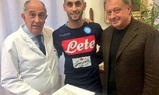 Da sinistra: il professor Mariani con Ghoulam ed il dottor De Nicola della SSC Napoli