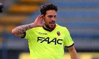 Simone Verdi esulta con la maglia del Bologna