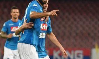 Raul Albiol esulta con il Napoli