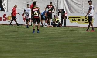 Alex Meret soccorso dai sanitari del Napoli durante l'allenamento