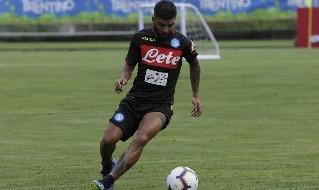 Lorenzo Insigne al lavoro con la maglia del Napoli a Dimaro