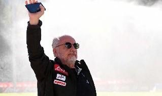 Aurelio De Laurentiis saluta i tifosi a Dimaro