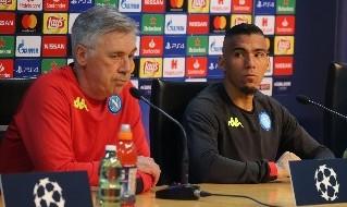 Carlo Ancelotti, allenatore della SSC Napoli, e Allan in conferenza stampa a Castel Volturno
