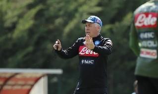 Carlo Ancelotti in allenamento con il Napoli